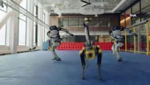 Boston Dynamics robotları yeni yıl dansı ile hayran bıraktı
