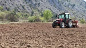 Çiftçiler korona virüse rağmen üretimi sürdürüyor