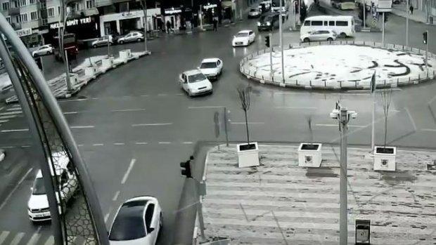 Afyonkarahisar'daki kavşaklarda meydana gelen kazalar mobese kameralarına yansıdı