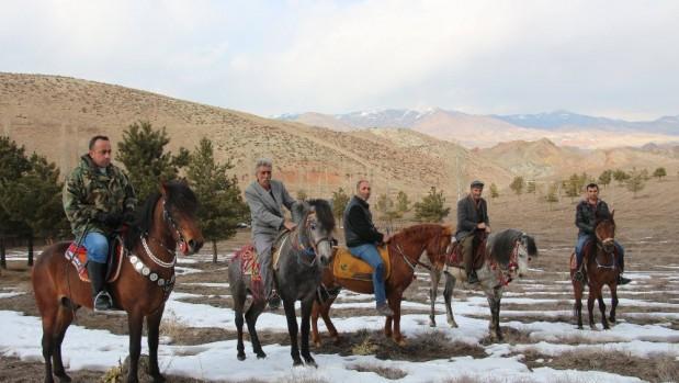Atlara binip 'karlı pekmez' yemeye gittiler