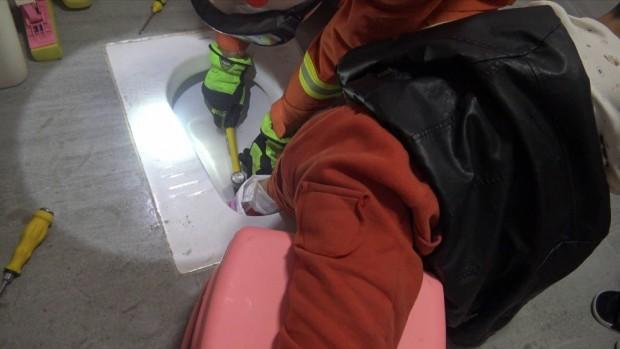 Ayağı tuvalete sıkışan çocuğun zor anları