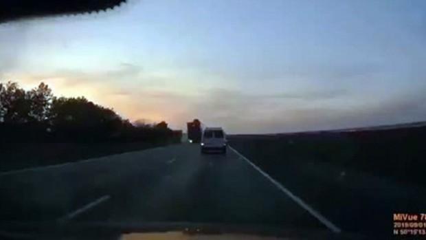 Freni patlayan tır iki aracı ezdi: Feci kaza kamerada