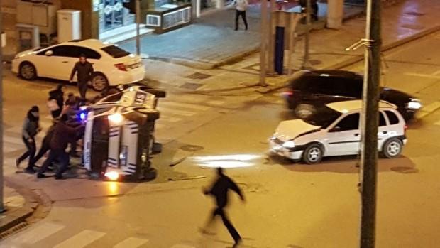 Işık ihlali yapan otomobil polis aracını böyle devirdi