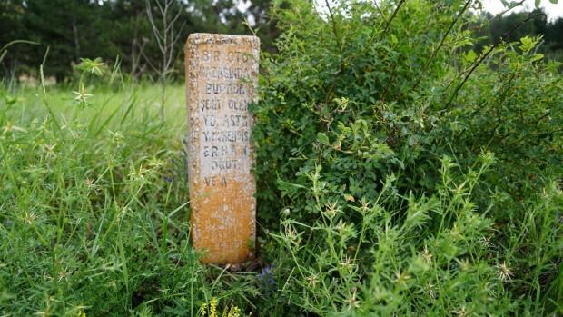 Karayolu kenarında kalan şehit mezarı ilgi bekliyor