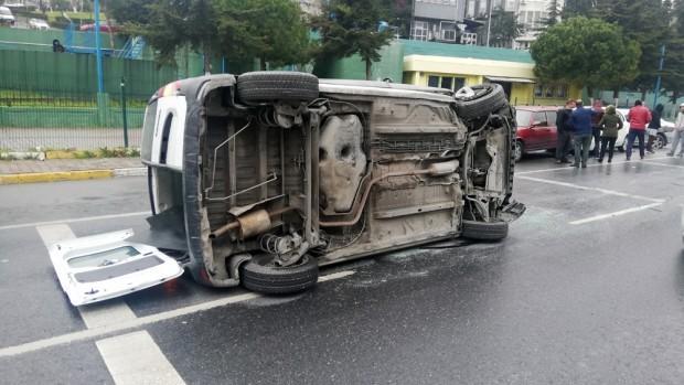 Park halindeki otomobillere çarpan araç takla attı