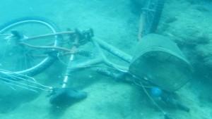 Denizin dibinde bisiklet, akü, araba lastiği, şişeler, halı, tencere, çit teli bulundu