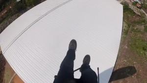 İrtifa kaybeden paraşütçü bir fabrikanın çatısına indi