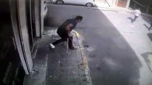 Kırık ayağıyla depremden böyle kaçtı