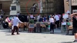Kızgın at Floransa'nın ünlü meydanını birbirine kattı