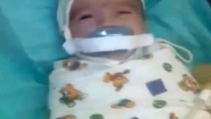 Kuvözdeki bebeğe emzik işkencesi
