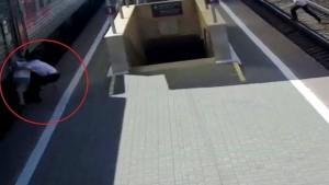 Yaşlı adamı trenin altında kalmaktan son anda polis kurtardı