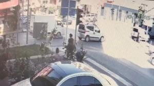 Yolun karşına geçmek isterken kamyonet çarptı